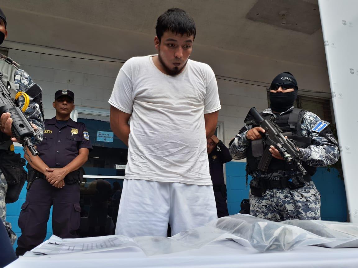 Capturan a supuesto pandillero con uniformes policiales y artefacto explosivo – Santa Ana