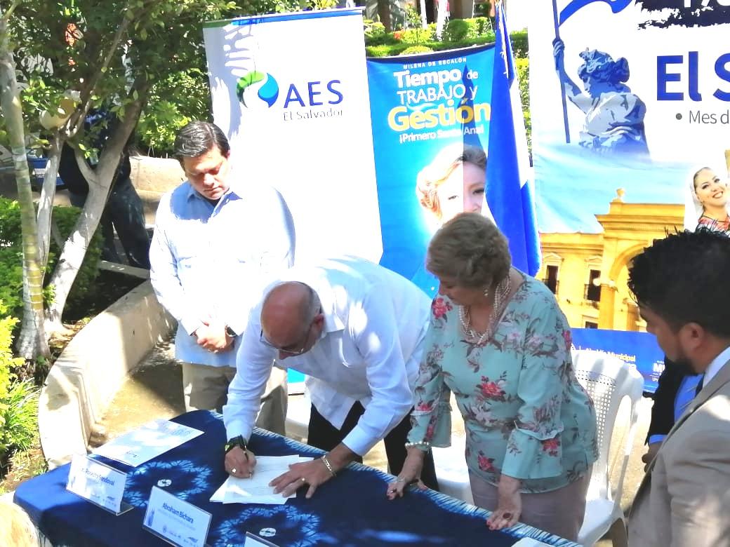 AES Soluciones firma contrato para el suministro de iluminación pública inteligente al municipio de Santa Ana