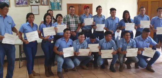 Estudiantes de la ENA aprenden a inseminar
