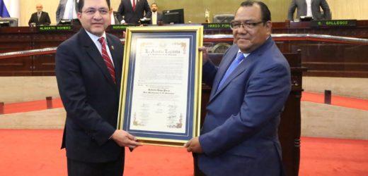 Entregan distinción de Hijo Meritísimo de El Salvador al periodista Roberto Hugo Preza