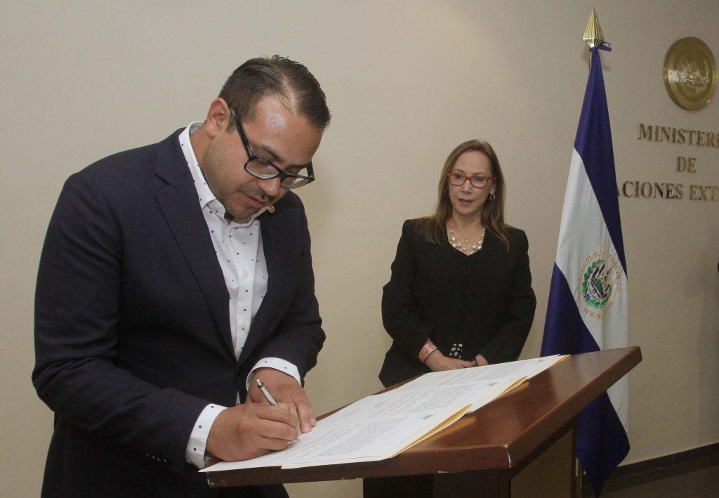 Cancillería juramenta a nuevo embajador de El Salvador ante la Unión Europea