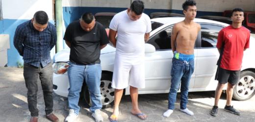 Policía detiene en flagrancia a sujetos acusados de robo