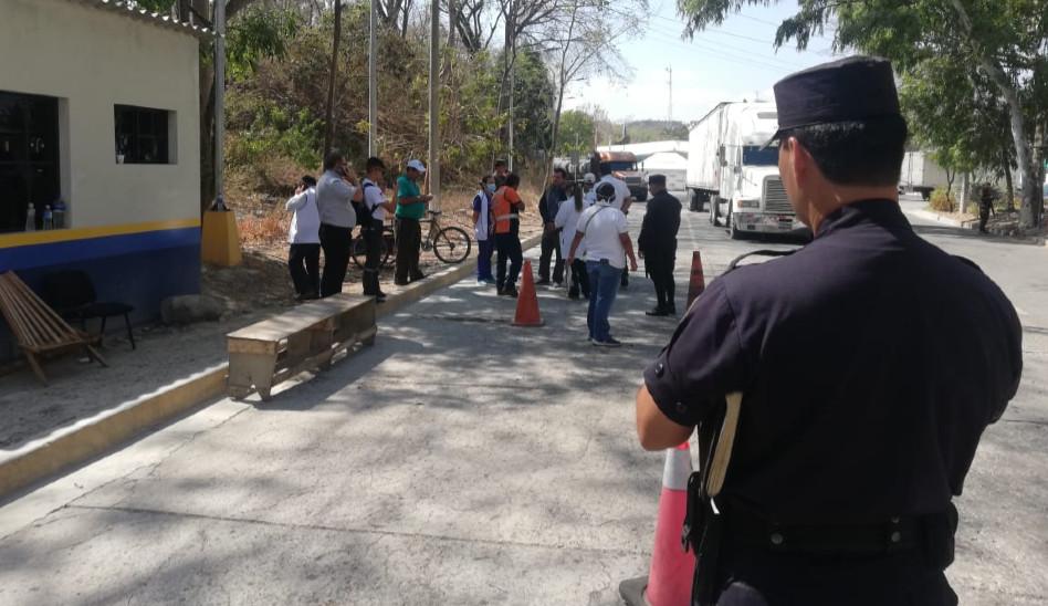 PNC garantiza seguridad en el paso fronterizo de El Poy en Chalatenango