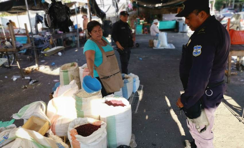 Policía vigila afluencia de personas en mercados y otras disposiciones