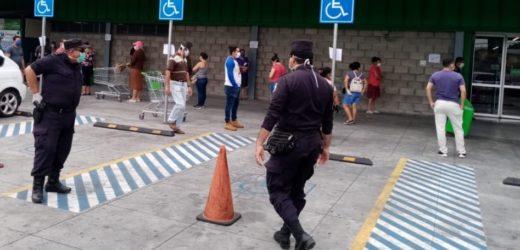 Policías vigilan cumplimiento al distanciamiento social que busca desbordar casos de coronavirus
