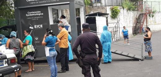 Policía de Colón y Mejicanos junto con personal de salud instalan cabinas para diagnosticar la COVID-19