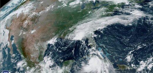 """Potente huracán """"Laura"""" amenaza EE.UU. con catastróficas crecidas"""