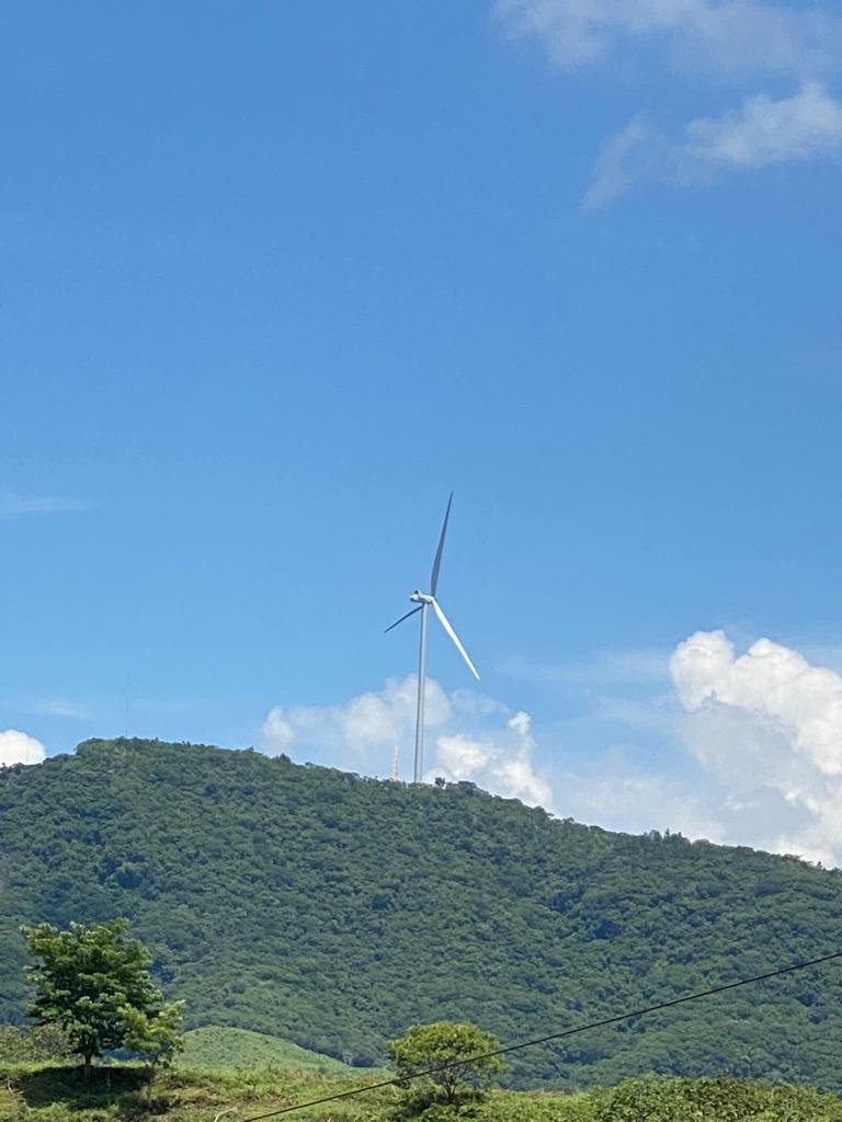 Erguida sobre el valle El Espinal en Metapan, el primer molino de viento viene a sumarse al cambio en la matriz energetica de El Salvador.