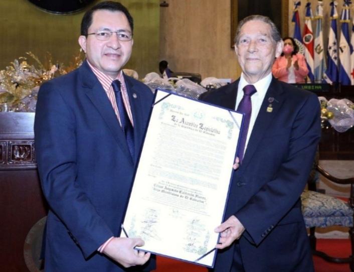 Entregan distinción honorífica al doctor César Augusto Calderón Flores