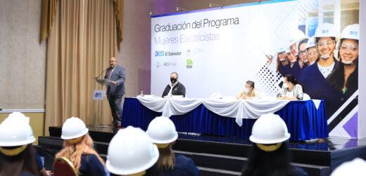 AES El Salvador y Ciudad Mujer gradúan a más de 100 mujeres como electricistas